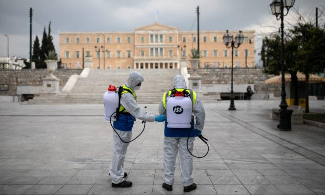 Κορονοϊός: Πώς λιανεμπόριο και βρετανικός ιός κλείνουν ξανά την Αττική – Τι λένε οι επιδημιολόγοι